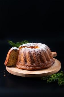 Zelfgemaakte gugelhupf bundt gistcake van het voedselconcept van midden-europa op zwarte
