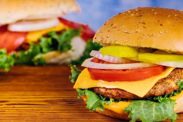 Zelfgemaakte hamburger. detailopname.
