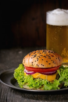 Zelfgemaakte hamburger met bier en aardappelen