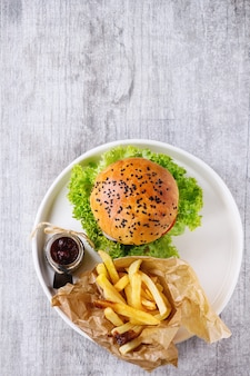 Zelfgemaakte hamburger met frietjes