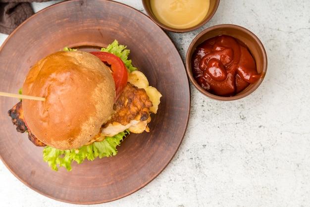 Zelfgemaakte hamburger met ketchup