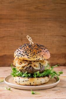 Zelfgemaakte hamburgers met rundvlees