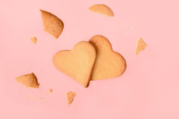 Zelfgemaakte hartvormige koekjes op roze.