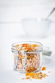 Zelfgemaakte havermout granola met fruit en noten