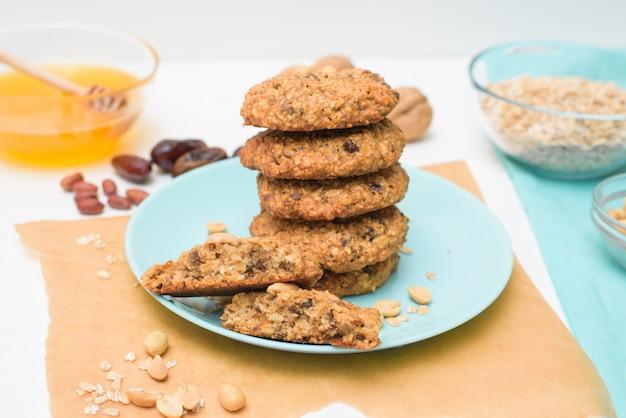 Zelfgemaakte havermout koekjes met dadels, pinda's, kokos krullen, macro close-up.