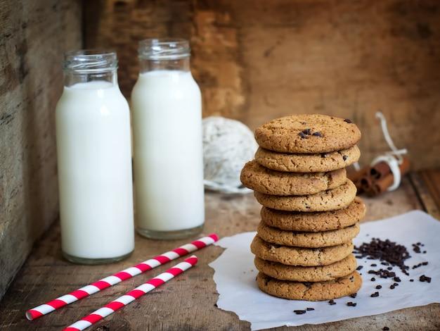 Zelfgemaakte havermoutkoekjes met chocolade en een fles melk