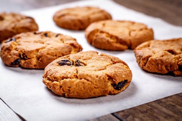 Zelfgemaakte havermoutkoekjes met chocolade en noten