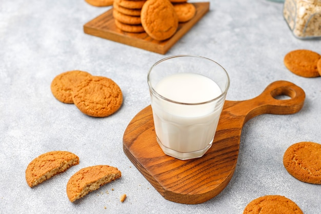 Zelfgemaakte havermoutkoekjes met een kopje melk.