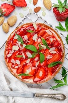 Zelfgemaakte heerlijke aardbeien taart