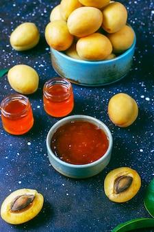 Zelfgemaakte heerlijke abrikozenjam met vers abrikozenfruit.