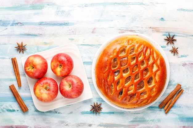 Zelfgemaakte heerlijke appeltaart met jam.