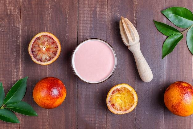 Zelfgemaakte heerlijke bloedsinaasappel glazuur met verse bloedsinaasappel vruchten.