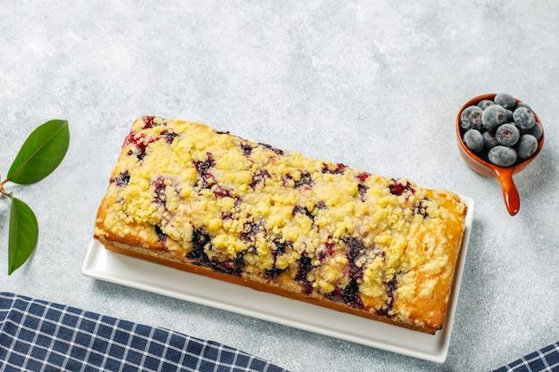 Zelfgemaakte heerlijke bosbessen crumble cake met bevroren bosbessen