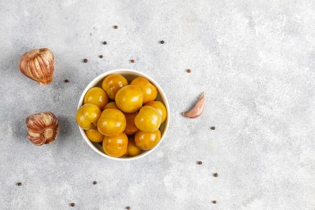 Zelfgemaakte heerlijke en biologische gemengde augurken.