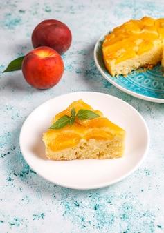 Zelfgemaakte heerlijke franse dessert taart tatin met perziken