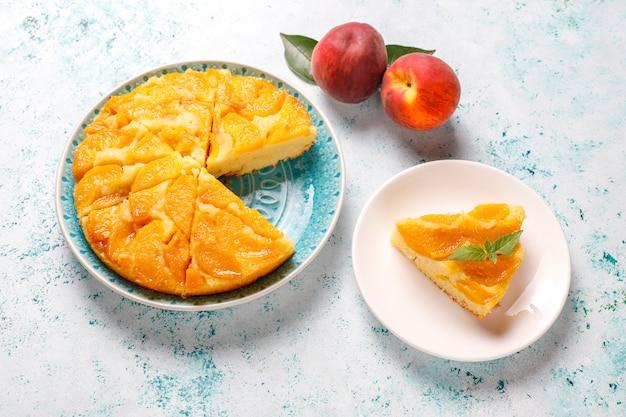 Zelfgemaakte heerlijke franse dessert taart tatin met perziken.