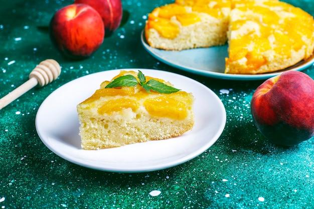 Zelfgemaakte heerlijke franse desserttaart tatin met perziken.