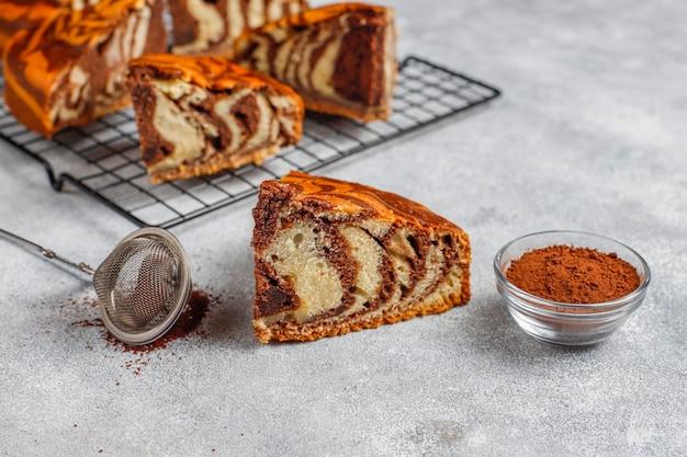 Zelfgemaakte heerlijke gestreepte marmeren cake.