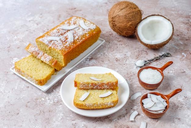 Zelfgemaakte heerlijke kokos cake met halve kokos