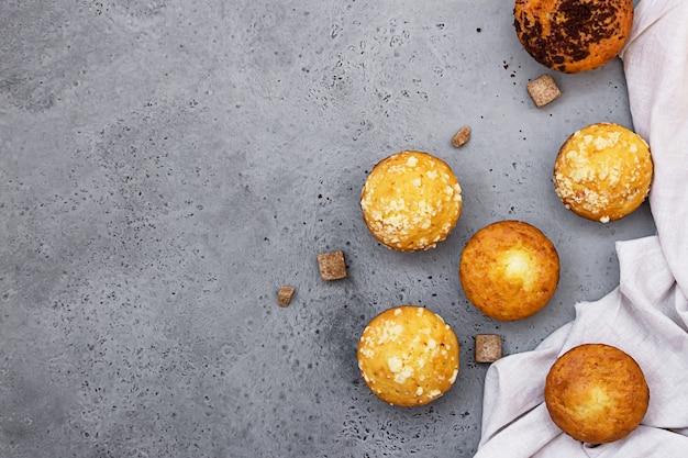 Zelfgemaakte heerlijke muffins en muffins met crumble topping