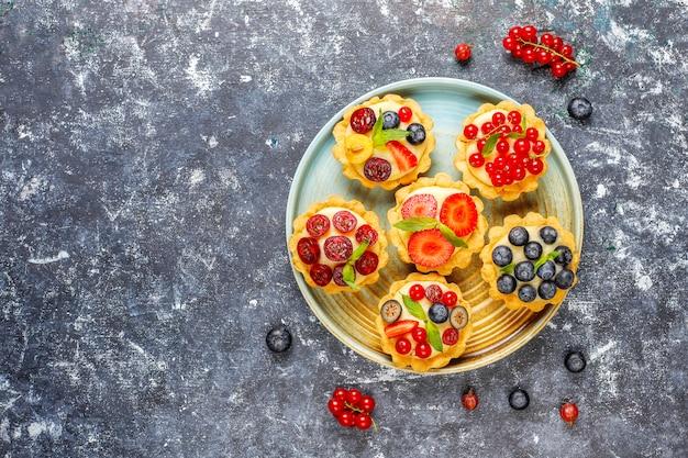 Zelfgemaakte heerlijke rustieke zomer bessen tartles.