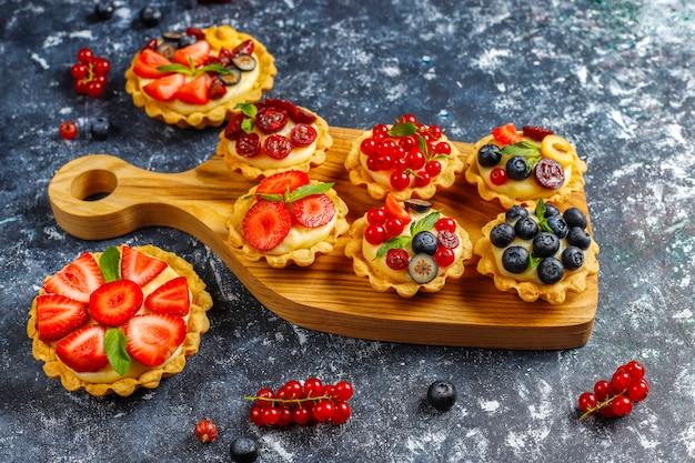 Zelfgemaakte heerlijke rustieke zomer bessen tartles