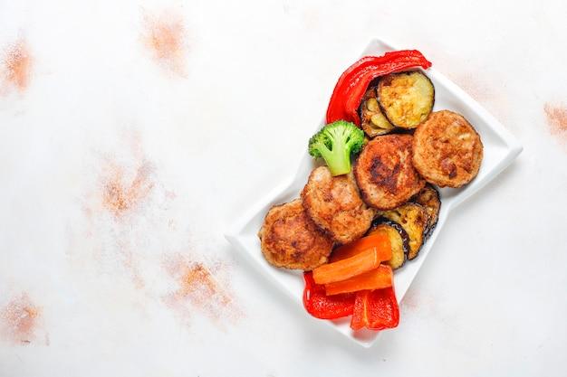Zelfgemaakte heerlijke schnitzels met geroosterde groenten.