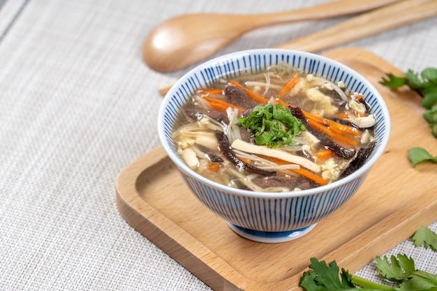 Zelfgemaakte heerlijke zure soep