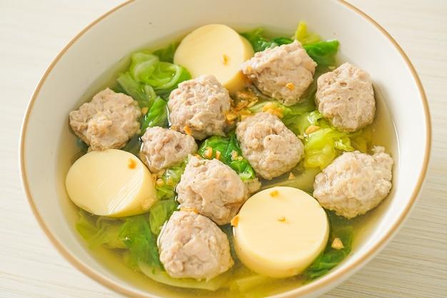Zelfgemaakte heldere soep met tofu en varkensgehakt bowl