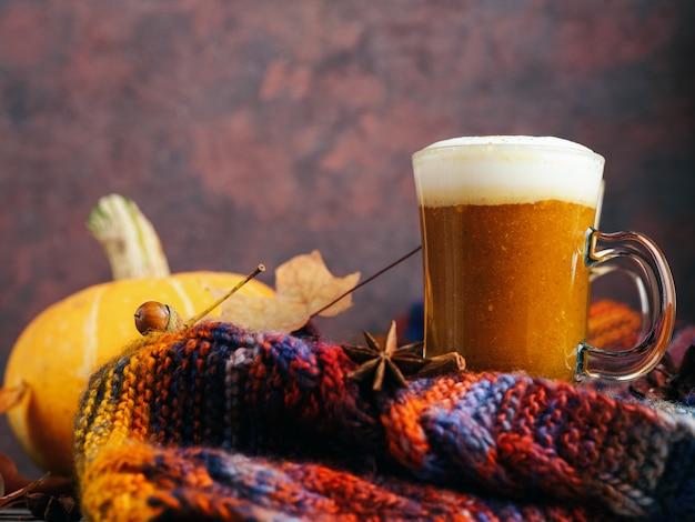 Zelfgemaakte herfst gekruide pompoen latte