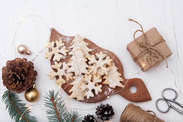 Zelfgemaakte het bakken van kerstmiskoekjes in boom en sneeuwvlokkenvormen
