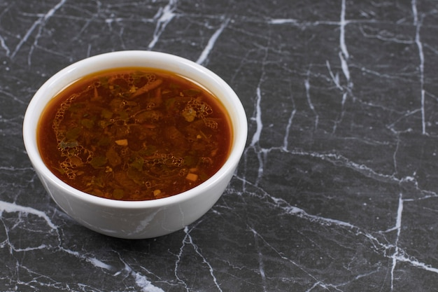 Zelfgemaakte hete soep in witte kom.