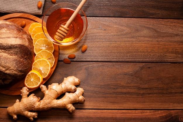Zelfgemaakte honing met stukjes sinaasappel en gember