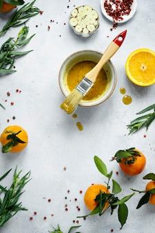 Zelfgemaakte honing-mosterdsaus in een komvoedsel