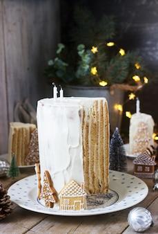 Zelfgemaakte honingcake met zure room, versierd met peperkoek