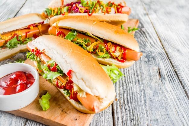 Zelfgemaakte hotdogs met sauzen