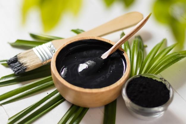 Zelfgemaakte huidremedies en gezichtsverzorging, geactiveerde zwarte houtskool en yoghurtmasker