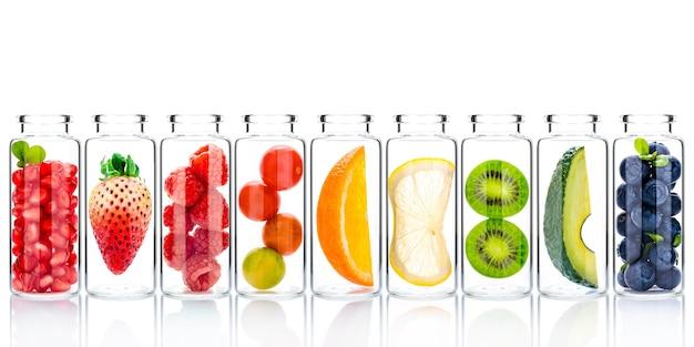 Zelfgemaakte huidverzorging met ingrediënten van fruit in glazen flessen isoleren op wit.