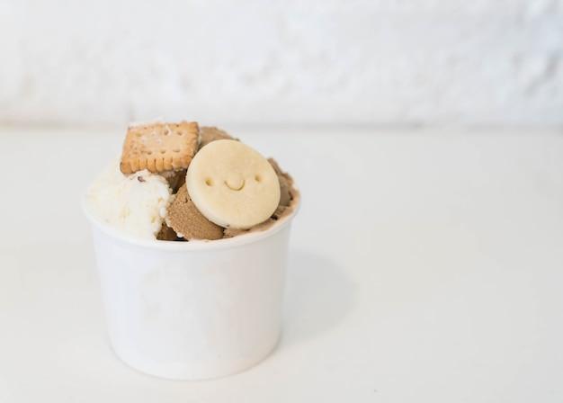 Zelfgemaakte ijs in kopje