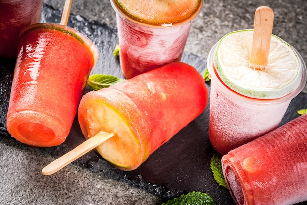Zelfgemaakte ijsijslollys. bevroren drankjes. bevroren cocktail van watermeloen of berrycopy-ruimte