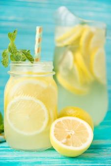 Zelfgemaakte ijskoude limonade op een rustieke ruimte