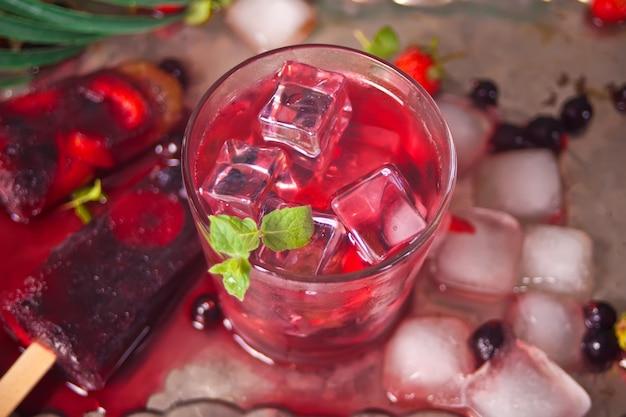 Zelfgemaakte ijslolly en limonade van verse bessen.