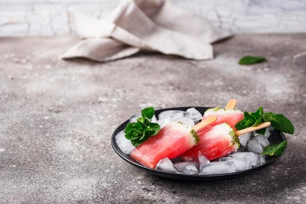 Zelfgemaakte ijslollys in de vorm van watermeloen