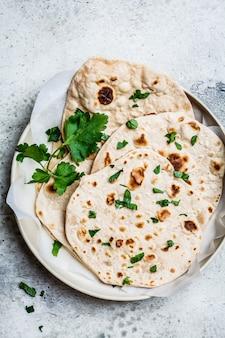 Zelfgemaakte indiase flatbread chapati op grijs