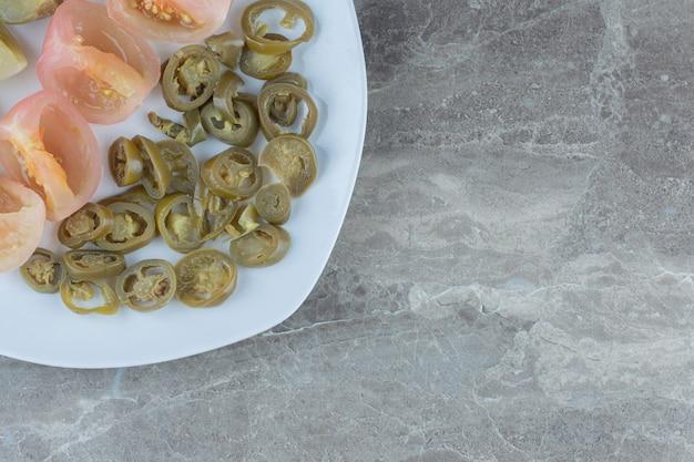Zelfgemaakte ingeblikte groenten. seizoensgebonden. gesneden tomaat en paprika.