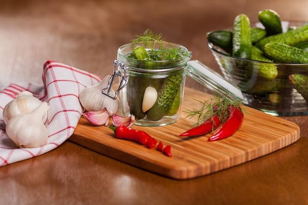Zelfgemaakte ingelegde komkommers met chili