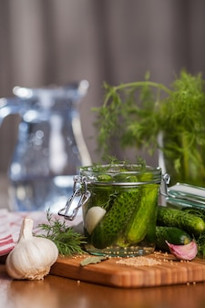 Zelfgemaakte ingelegde komkommers met knoflook
