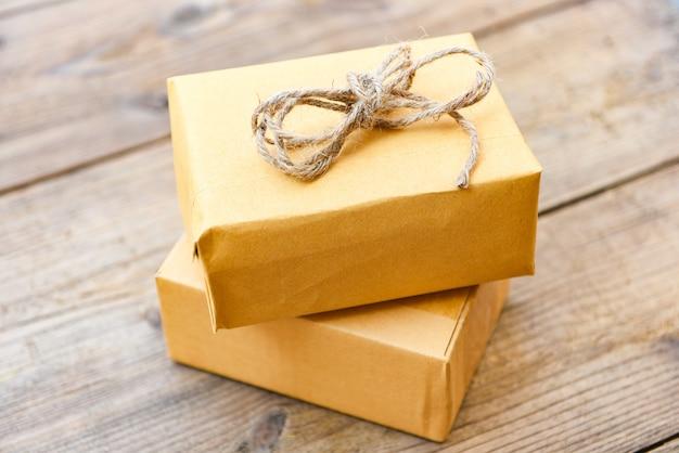 Zelfgemaakte ingepakte cadeautjes