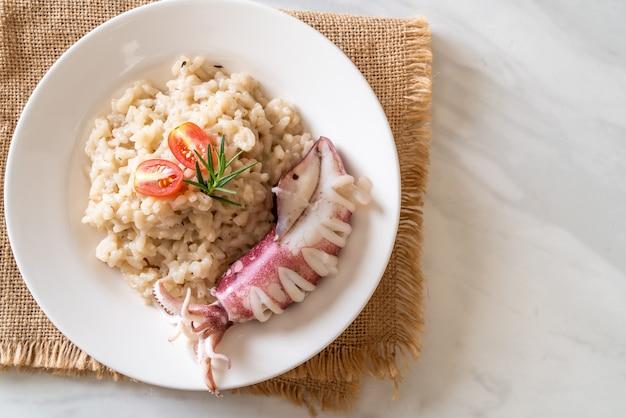 Zelfgemaakte inktvis of octopus risotto