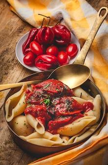 Zelfgemaakte italiaanse pasta met tomatensaus